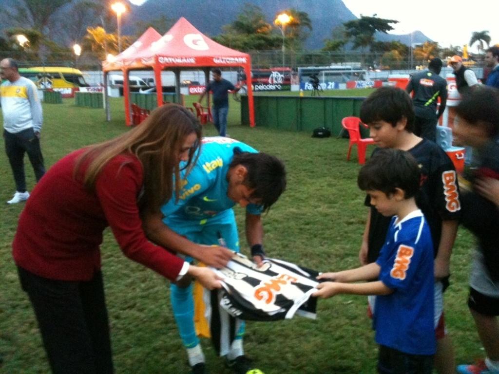 Filho de Patrícia Amorim pede autógrafo a Neymar em camisa do Santos durante treino na Gávea