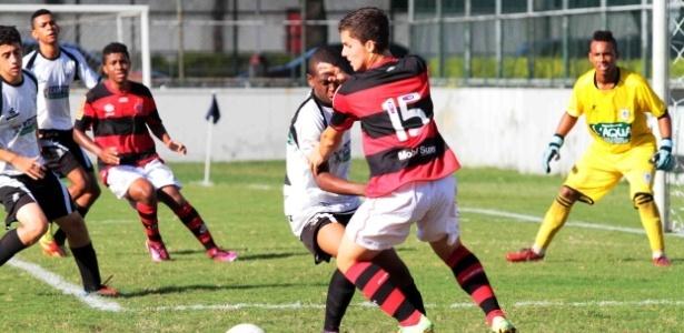 Jean Chera, do Flamengo, tenta passar pela marcação do São Cristóvão em jogo na Gávea