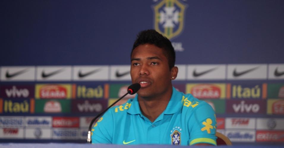 Lateral-esquerdo Alex Sandro durante entrevista coletiva no hotel no Rio de Janeiro onde a seleção brasileira está concentrada