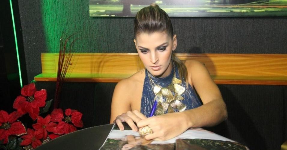 Mari assina uma revista durante festa da Playboy; jogadora se junta a nomes como Ida, Hortência e Vanessa Menga como esportistas que já posaram nuas (12/07/2012)