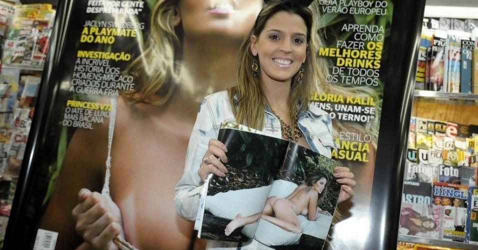 Mari Paraíba exibe exemplar da revista Playboy de julho, da qual é capa, durante evento em São Paulo