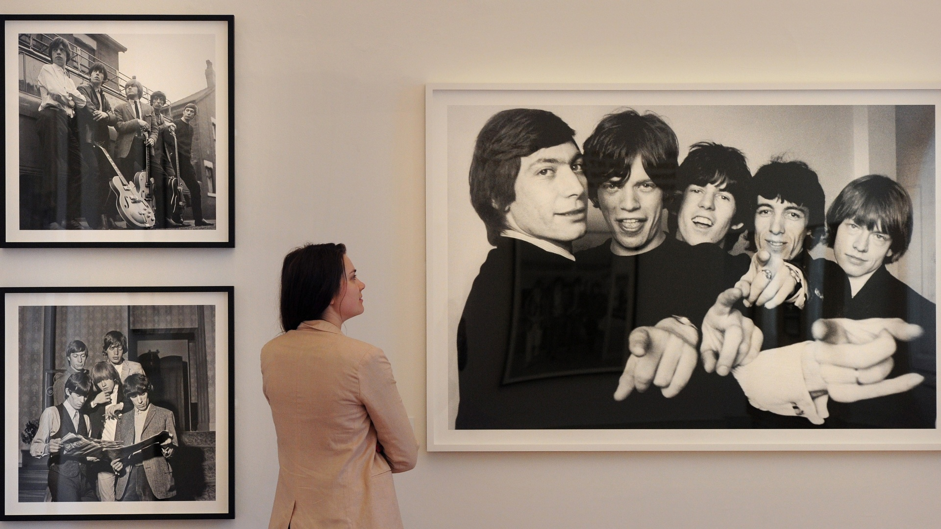 Mulher observa foto dos Rolling Stones na exposio 
