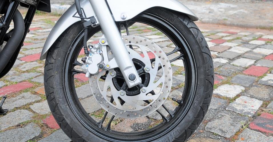 Na dianteira, o disco de freio tem 282 mm de diâmetro e pinça com dois pistões; na traseira, o disco tem 220 mm de diâmetro