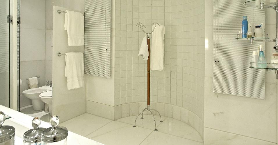 No banheiro idealizado pela arquiteta Myrna Porcaro,  o mármore, acabamentos e louças brancos dão elegância e sofisticação ao ambiente