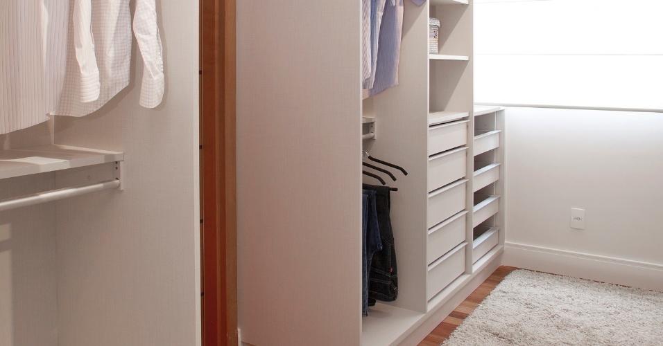 O closet de 9 m², executado pela Blanco em MDF e planejado pela arquiteta Ana Carolina Trabasso Kido, ficou mais claro graças a cor linho. Repare que o tapete e a persiana alvos levam mais claridade para o espaço, auxiliando na hora da escolha das roupas