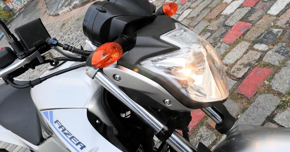 O conjunto óptico dianteiro da motocicleta, muito similar ao utilizado pela naked XJ6 N, também da Yamaha, permanece o mesmo