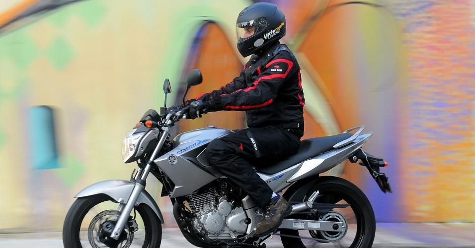 O motor monocilíndrico de 249 cm³ da moto tem 21 cv, disponíveis por inteiro a 8.000 rpm, e 2,1 kgfm de torque, a 6.500 giros