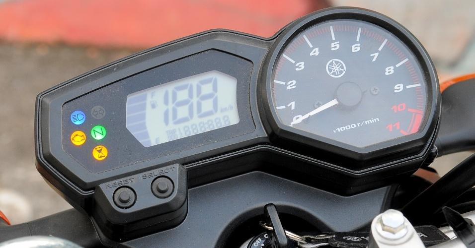 O painel de instrumentos da moto também é o mesmo do modelo anterior, mas agora traz luz indicadora do sistema BlueFlex