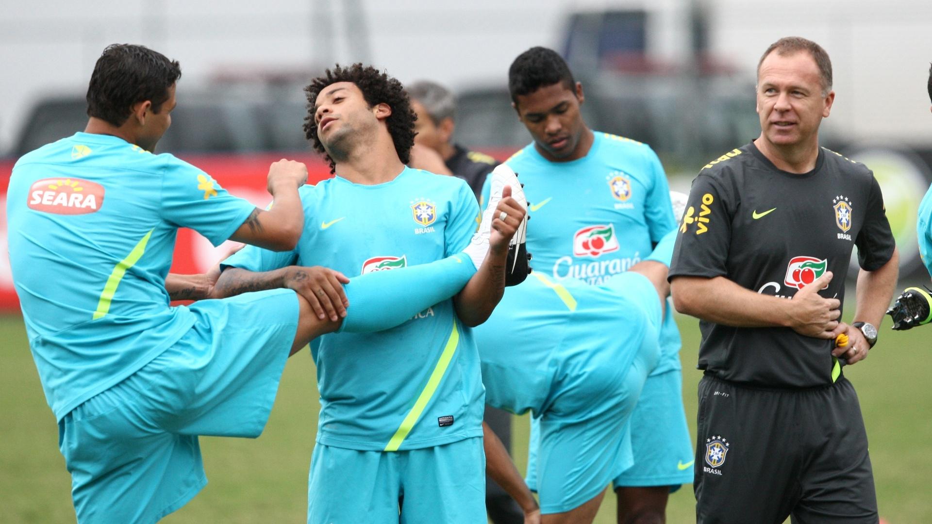 Sob supervisão do técnico Mano Menezes, jogadores da seleção fazem alongamento em treino no Rio