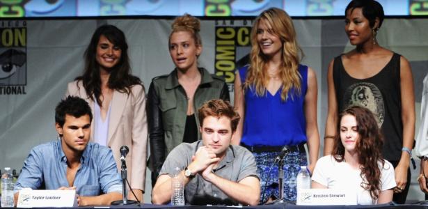 "Taylor Lautner, Robert Pattinson e Kristen Stewart da saga ""Crepúsculo"" durante o painel com fãs na Comic-Con 2012, em San Diego (12/7/12)"