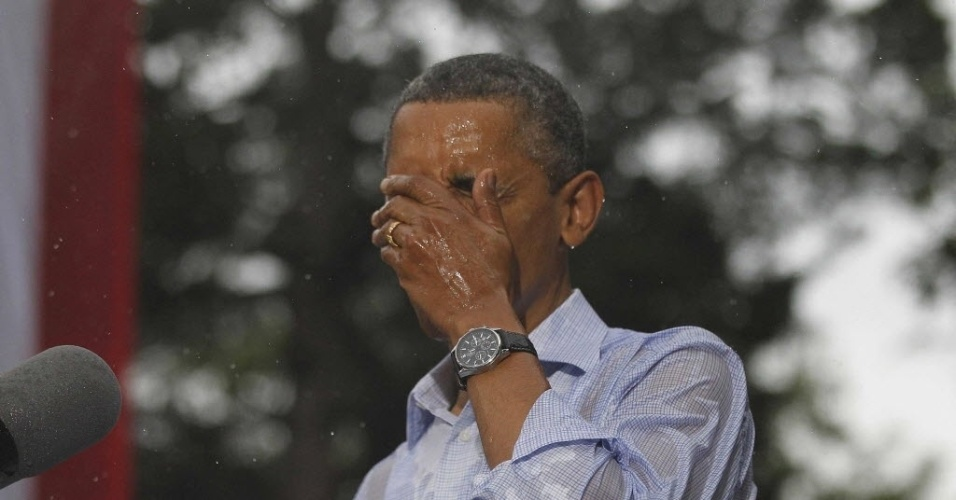14.jul.2012 - Barack Obama discursa debaixo de chuva durante campanha presidencial em Glen Allen, na Vírginia, Estados Unidos