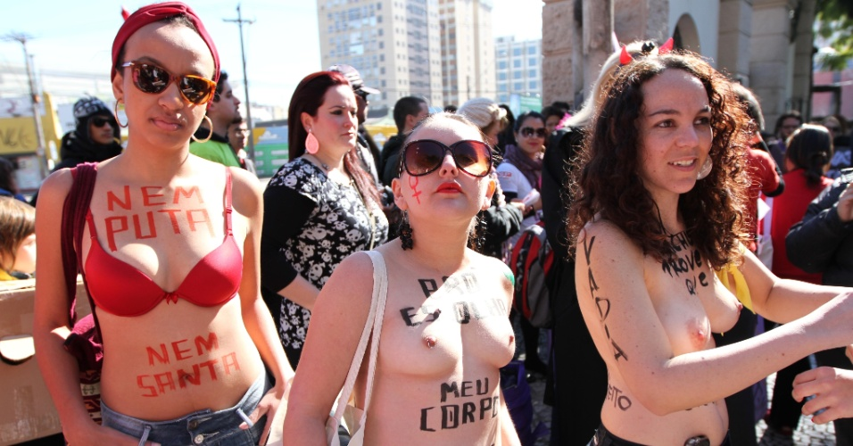 14.jul.2012 - Mulheres tiram a camisa e pintam mensagens de protesto no corpo durante a Marcha das Vadias, realizada neste sábado (14) em Curitiba (PR)