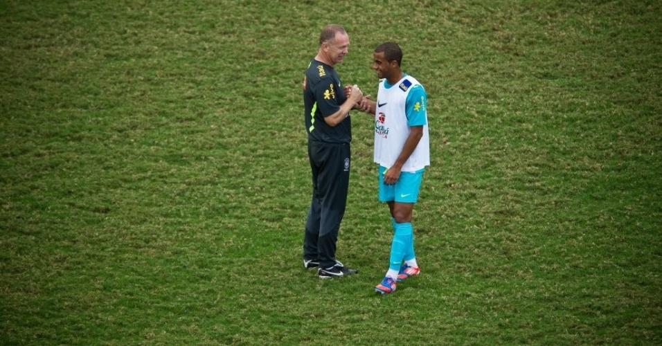 Mano Menezes conversa com o atacante Lucas