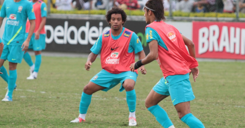 Marcelo acompanha jogada de Neymar durante treinamento da seleção brasileira