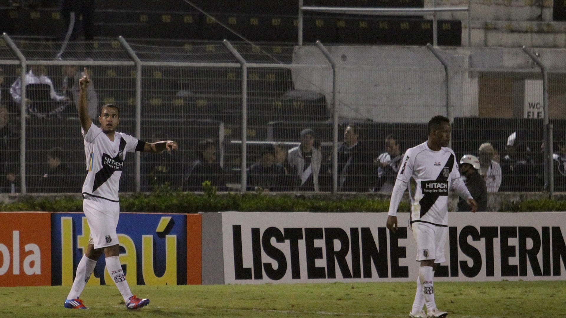 Roger comemora um dos seus trs gols na goleada da Ponte Preta sobre o Coritiba (14/07/2012)