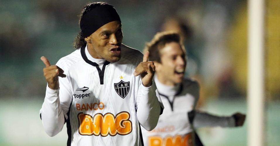 Ronaldinho Gaúcho comemora gol de pênalti pelo Atlético-MG em partida contra o Figueirense
