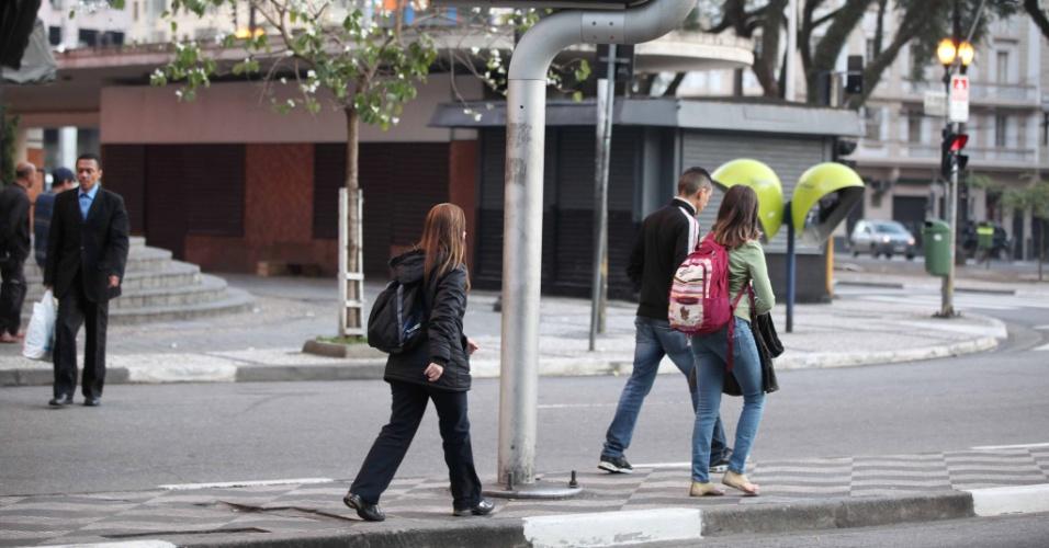 15.jul.2012 - 15.jul.2012 - Pedestres enfrentam o frio em  manhã gelada na região central da capital paulista, neste domingo. Os termômetros registravam 9ºC  no início do dia