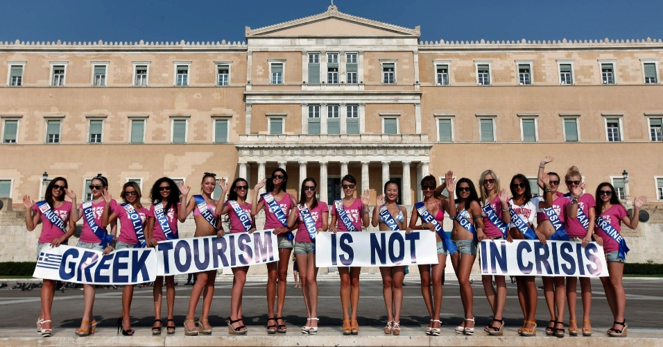 15.jul.2012 - Candidatas ao t&#237;tulo de Miss Turismo Planeta 2012, promovem o concurso em frente ao parlamento de Atenas, na Gr&#233;cia