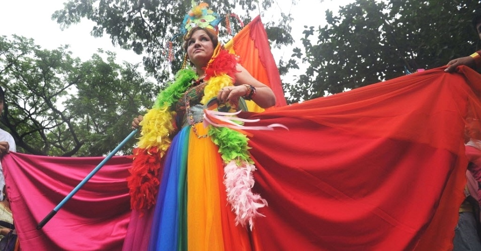 15.jul.2012 - Parada Gay rene cerca de 500 pessoas em Kolkata, na ndia. Realizado anualmente, o evento visa criar uma cultura de respeito  diversidade sexual e orientar sobre os direitos da comunidade LGBT