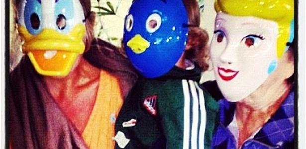 Adriane Galisteu usa máscara da personagem Margarida e brinca com o filho e a mãe, Dona Emma. Neste domingo (15), Dona Emma comemora seu aniversário com a família no litoral de São Paulo.