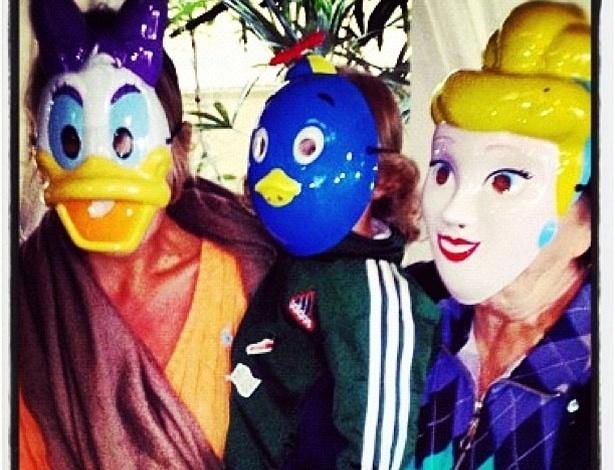 """Adriane Galisteu usa máscara da personagem Margarida e brinca com o filho e a mãe, Dona Emma. Neste domingo (15), Dona Emma comemora seu aniversário com a família no litoral de São Paulo. """"A princesa aniversariante 'mamisss' e meu rei"""", escreveu a apresentadora (15/7/12)"""