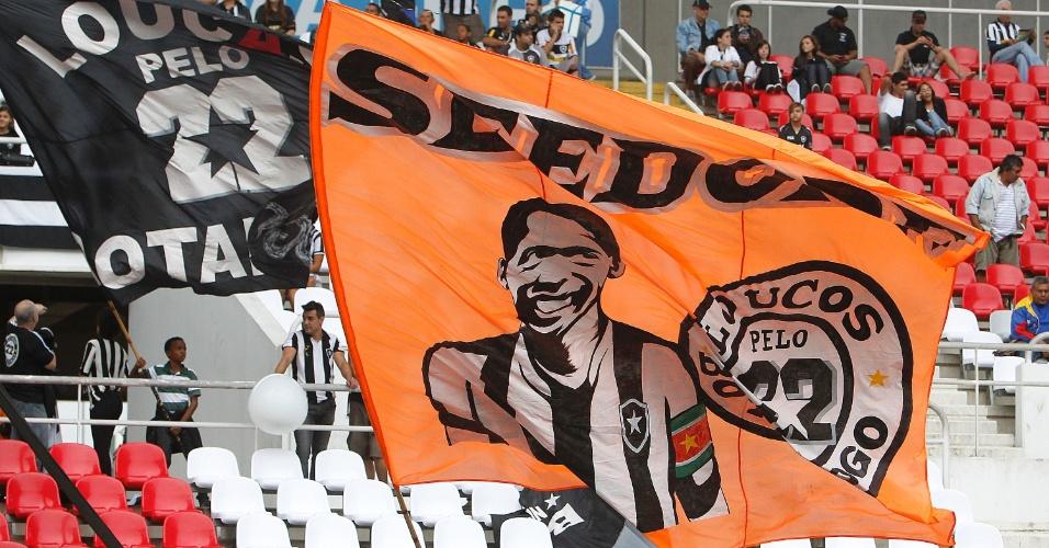 Antes mesmo da estreia no Botafogo, Seedorf já ganha homenagem da torcida na forma de bandeira