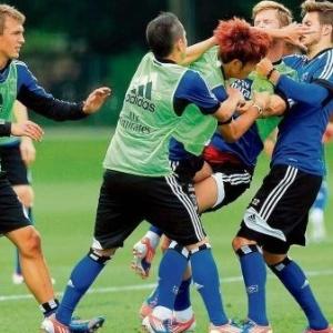 Briga entre jogadores do Hamburgo teve como saldo o desmaio do atleta Tolgay Arslan