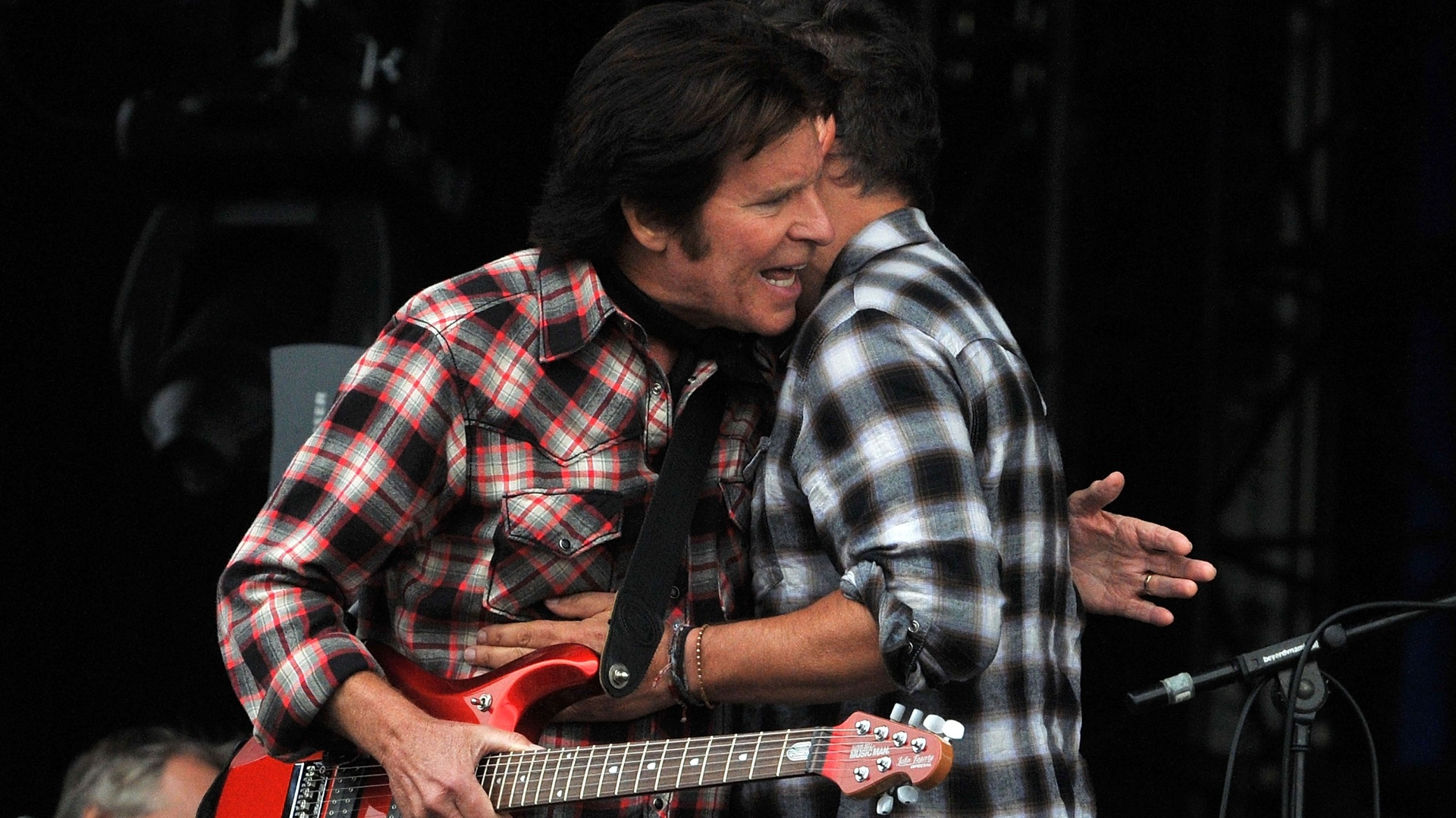 Bruce Springsteen apresenta John Foggerty durante show no segundo dia do Hard Rock Calling, no Hyde Park, em Londres, na Inglaterra (14/07/2012)
