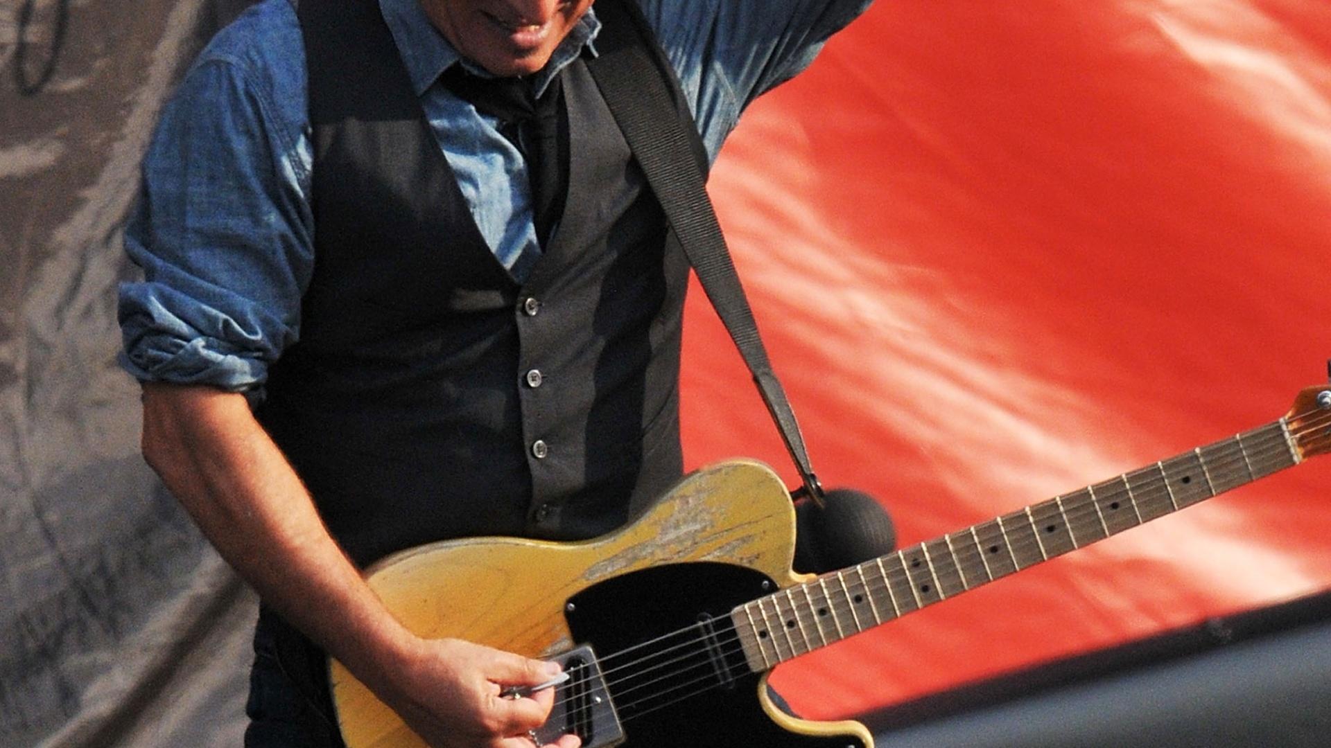 Bruce Springsteen toca durante o segundo dia do Hard Rock Calling, no Hyde Park, em Londres, na Inglaterra (14/07/2012)