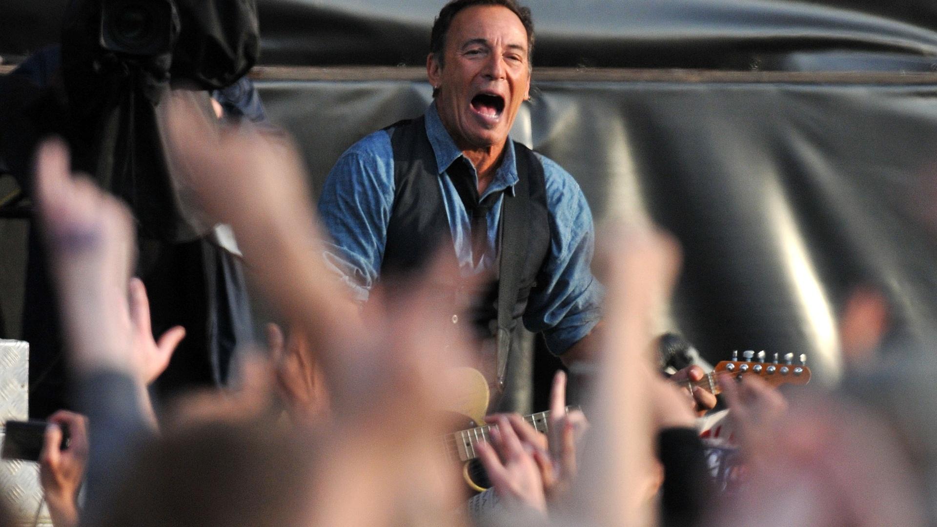 Bruce Springsteen toca e canta com o público durante o segundo dia do Hard Rock Calling, no Hyde Park, em Londres, na Inglaterra (14/07/2012)