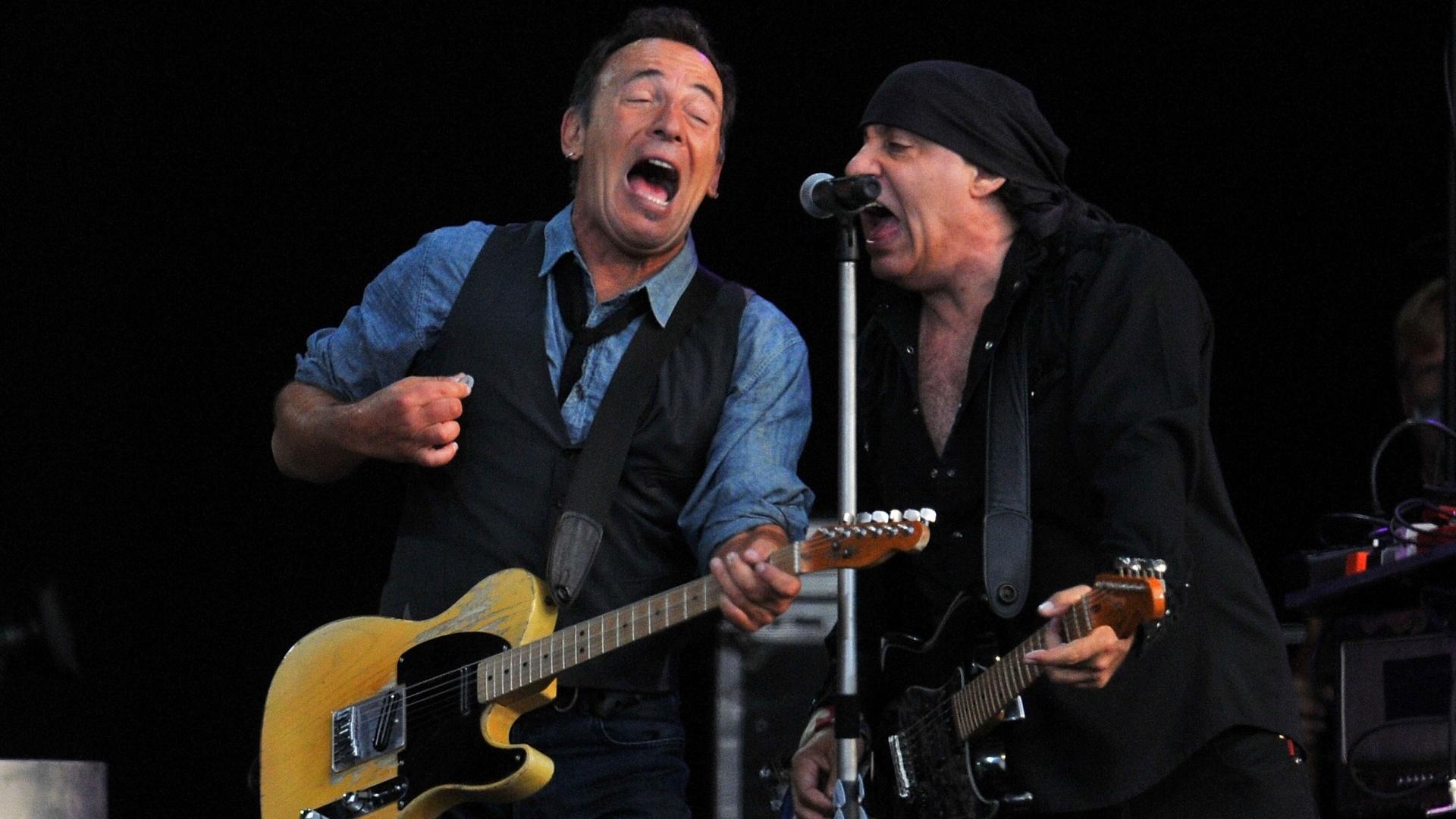 Bruce Springsteen toca e canta com Steven Van Zandt durante o segundo dia do Hard Rock Calling, no Hyde Park, em Londres, na Inglaterra (14/07/2012)
