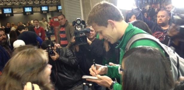 Cielo concede autógrafos e é assediado no embarque da seleção de natação para Londres