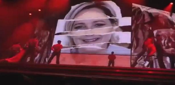 Imagem projetada no telão durante show de Madonna, com rosto da líder de ultradireita francesa Marine Le Pen