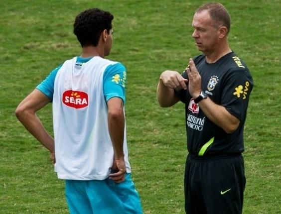 Mano Menezes conversa com Paulo Henrique Ganso em treino da seleção; meia perdeu a vaga de titular para Oscar