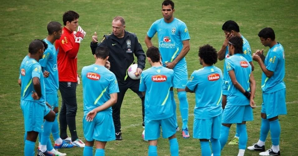 Mano Menezes passa instrução aos jogadores da seleção olímpica