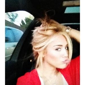 Miley Cyrus publicou no Twitter uma foto em que mostra seu novo visual: a cantora está loiríssima.