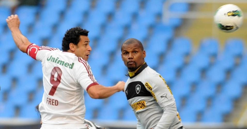 Observado pelo goleiro Jefferson. Fred marca presença dentro da área do Botafogo
