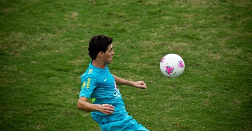 Oscar, que ganhou a 10 e a vaga no time titular, treina com a seleção olímpica no Rio de Janeiro