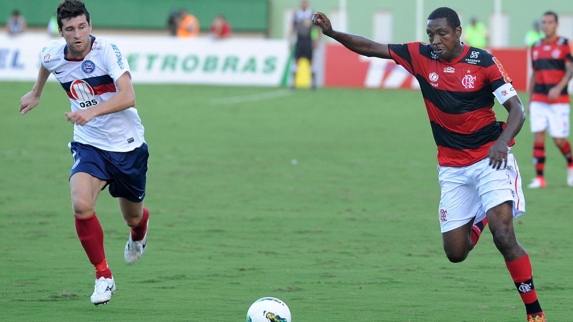 Renato Abreu arrisca o chute em partida do Flamengo contra o Bahia