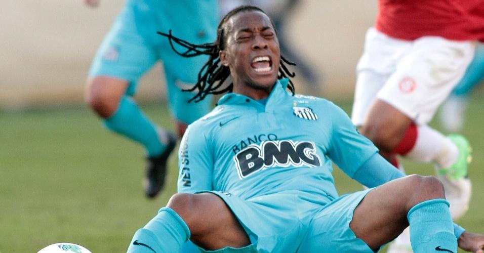 Santista Arouca recebe falta do volante Guiñazu, do Inter, em jogo neste domingo