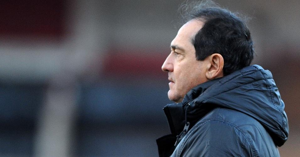 Técnico Muricy orienta jogadores do Santos em jogo contra Inter