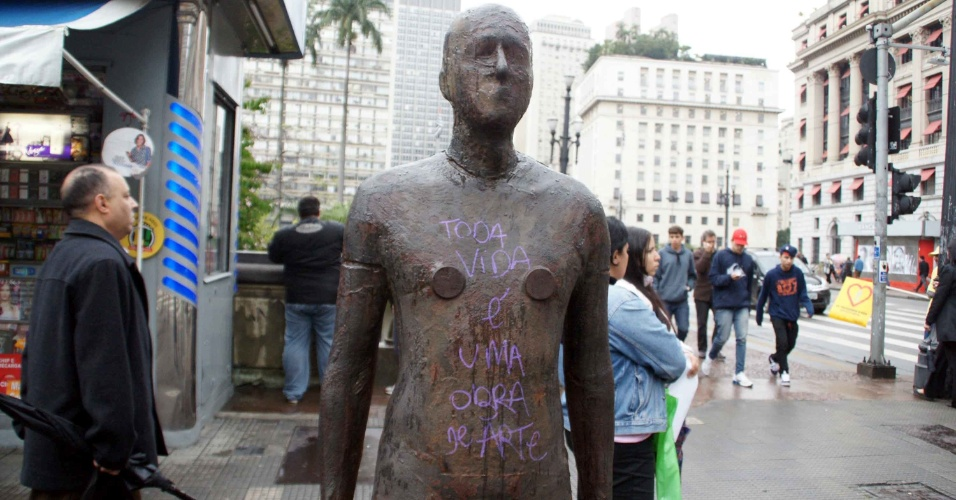16.jul.2012 - Est&#225;tua &#233; pichada na pra&#231;a Ramos de Azevedo, no Centro de S&#227;o Paulo (SP)
