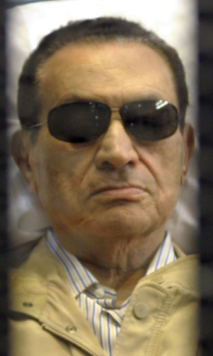 16.jul.2012 - Foto de arquivo do ex-presidente eg&#237;pcio Hosni Mubarak durante seu julgamento na academia de pol&#237;cia no Cairo, Egito. O Procurador-Geral do Egito ordenou o retorno de Mubarak para o hospital na pris&#227;o, ap&#243;s uma melhora em seu estado de sa&#250;de, informou ag&#234;ncia de not&#237;cias estatal Mena