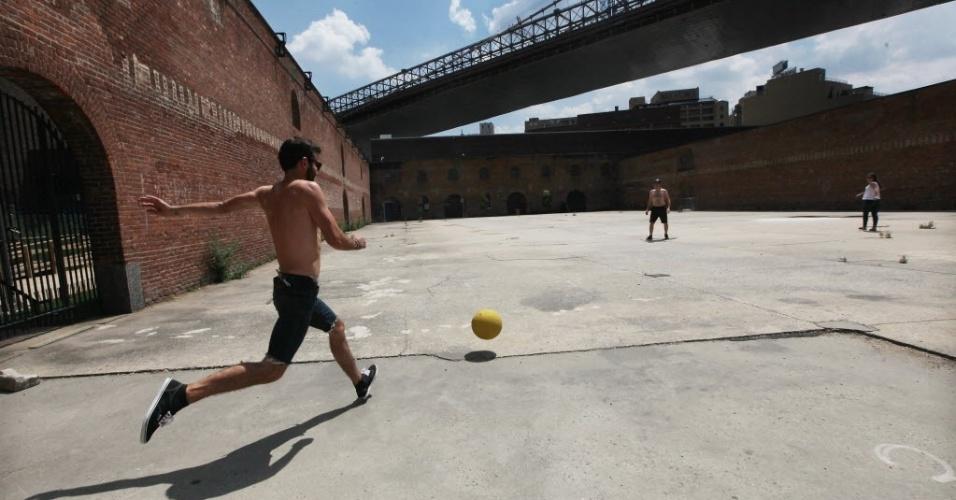 16.jul.2012 - Grupo joga futebol na região do Brooklyn, Nova York (EUA)