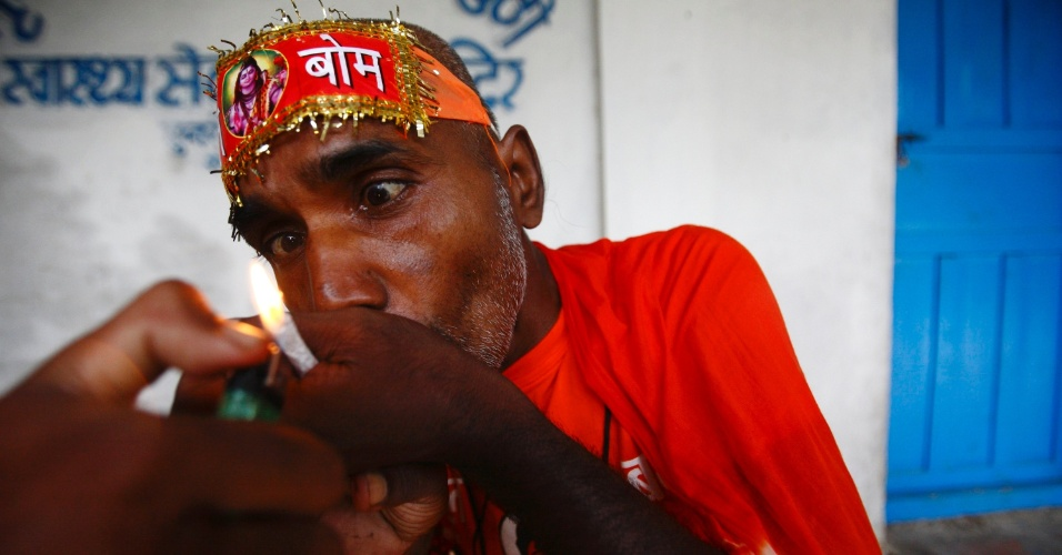 16.jul.2012 - Hindu fuma maconha durante peregrina&#231;&#227;o em Katmandu, no Nepal, nesta segunda-feira (16)