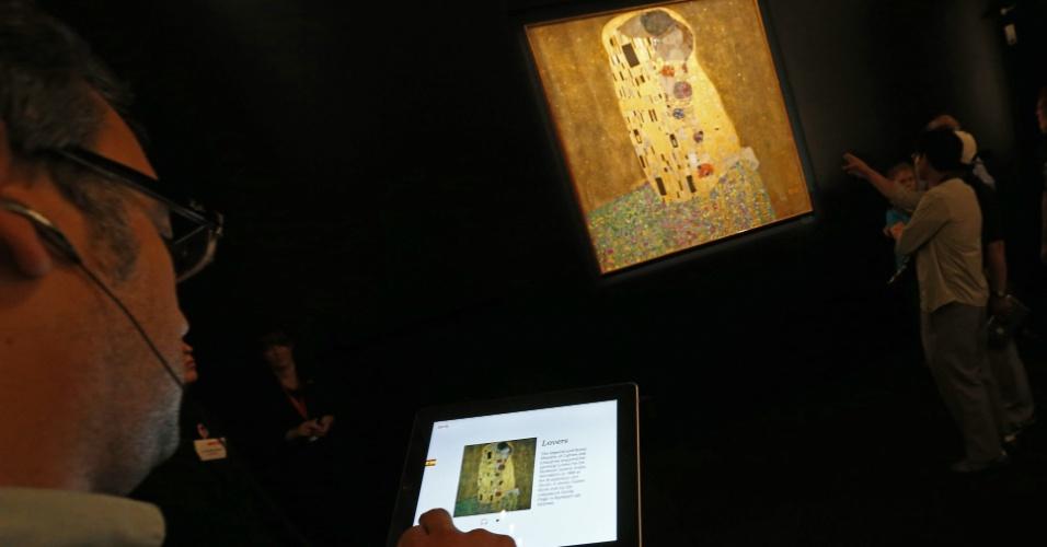 16.jul.2012 - Homem usa um iPad para ver informações sobre a pintura ''O Beijo'', do austríaco Gustav Klimt, no palácio de Belvedere, em Viena. Para comemorar os 150 anos do artista, o museu de Belvedere criou visitas guiadas para smartphones e tablets, que funcionam até para quem não está no local