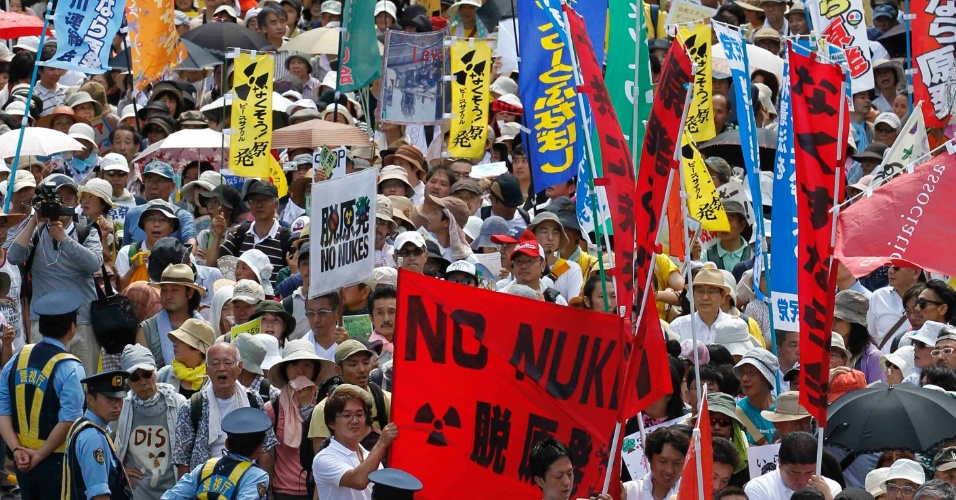 16.jul.2012 - Japoneses protestam  em T&#243;quio, nesta segunda-feira (16), contra a reabertura de mais um reator nuclear no pa&#237;s