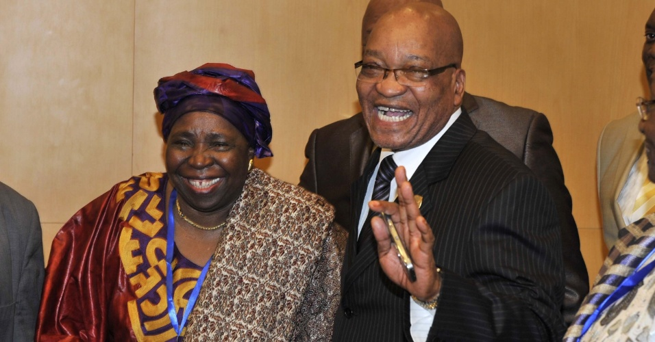 16.jul.2012 - Ministra Nkosazana Dlamini-Zuma (&#224; esquerda) &#233; vista ao lado do presidente da &#193;frica do Sul, Jacob Zuma (&#224; direita) nesta segunda-feira (16), ap&#243;s ser escolhida em vota&#231;&#227;o como a nova diretora da Uni&#227;o Africana durante assembleia em Addis Abada, na Eti&#243;pia