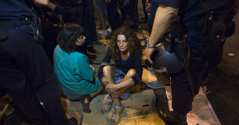 16.jul.2012 - Mulheres participam de manifesta&#231;&#227;o em Madri nas primeiras horas desta segunda-feira (16). Milhares de pessoas sa&#237;ram &#224;s ruas da capital espanhola para protestar contra as medidas de austeridade mais recentes anunciadas pelo governo conservador do pa&#237;s