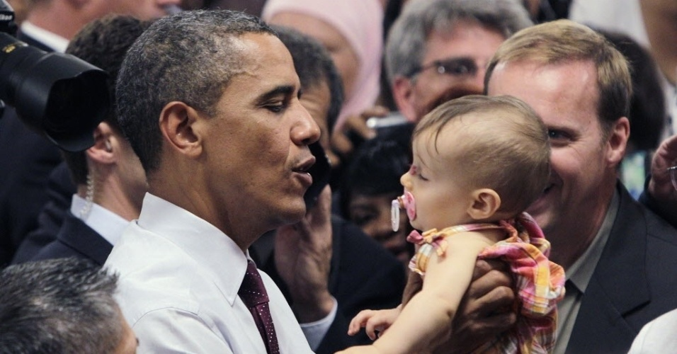 16.jul.2012 -  O presidente dos Estados Unidos e candidato à reeleição, Barack Obama, segura bebê durante campanha eleitoral em Cincinnati, Ohio (EUA)